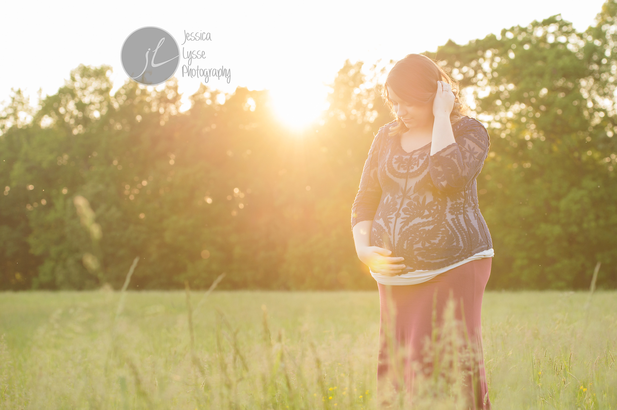 natural light photos of pregnant Mom
